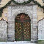 Двери средневековой постройки