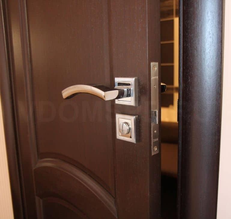 Двери с отделкой из шпона FineLine в цвете венге
