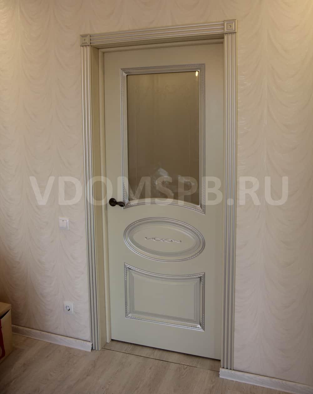 Белая дверь с патиной и резными наличниками