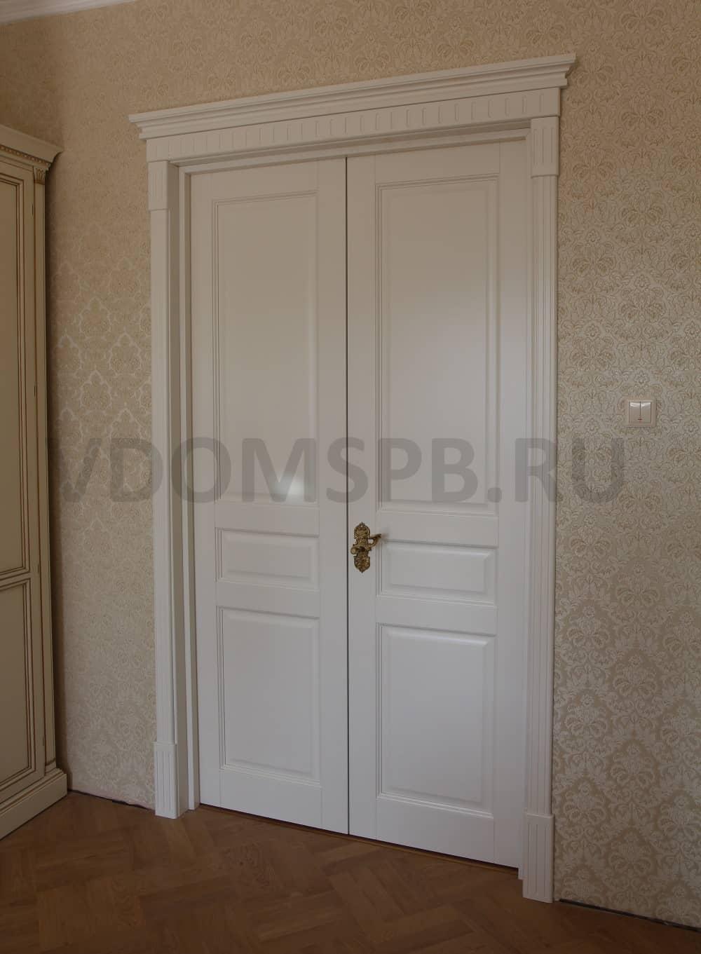Белая двустворчатая дверь из массива ольхи