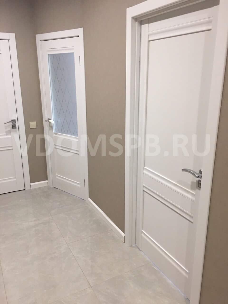 Белые двери с белыми плинтусами