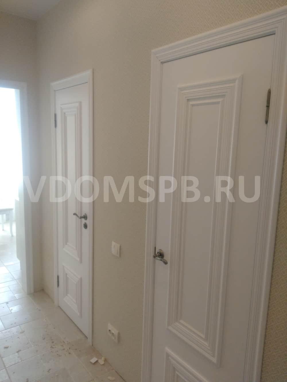 Белые двери с широким штапиком