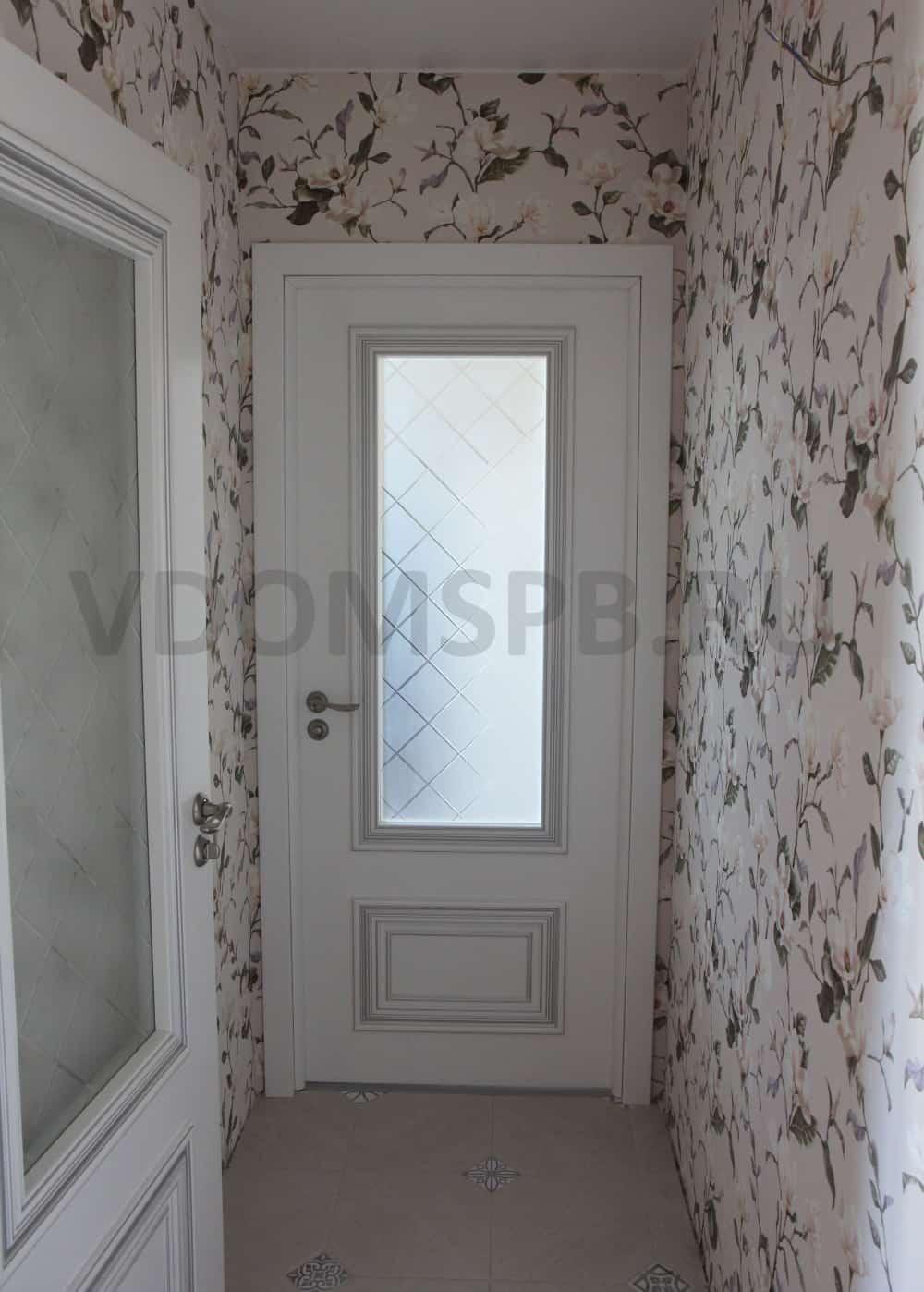 Белые крашенные двери с патиной и резным багетом