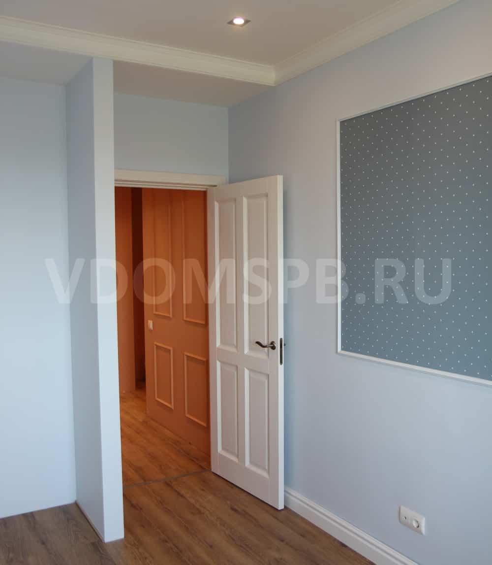 Дверь с покрытием белый воск и стены окрашенные в голубой цвет
