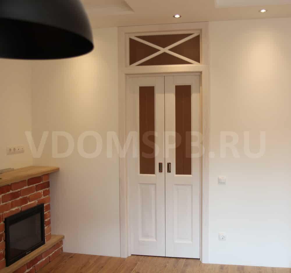 Коричневый пол и белая дверь с фрамугой в гостинной с камином