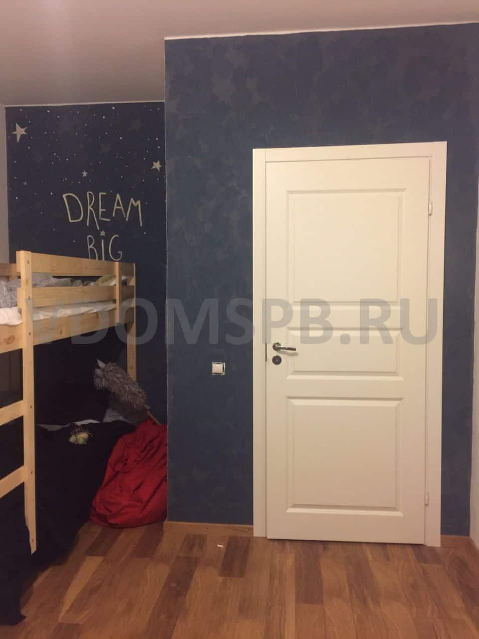 Недорогая финская дверь с порошковой окраской и предустановленной фурнитурой