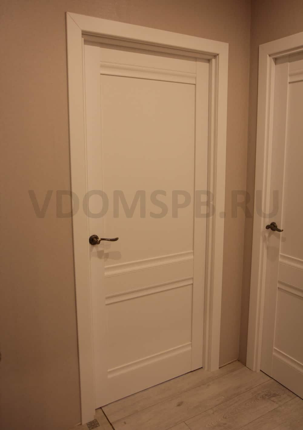 Белая дверь бежевые стены и светлый пол