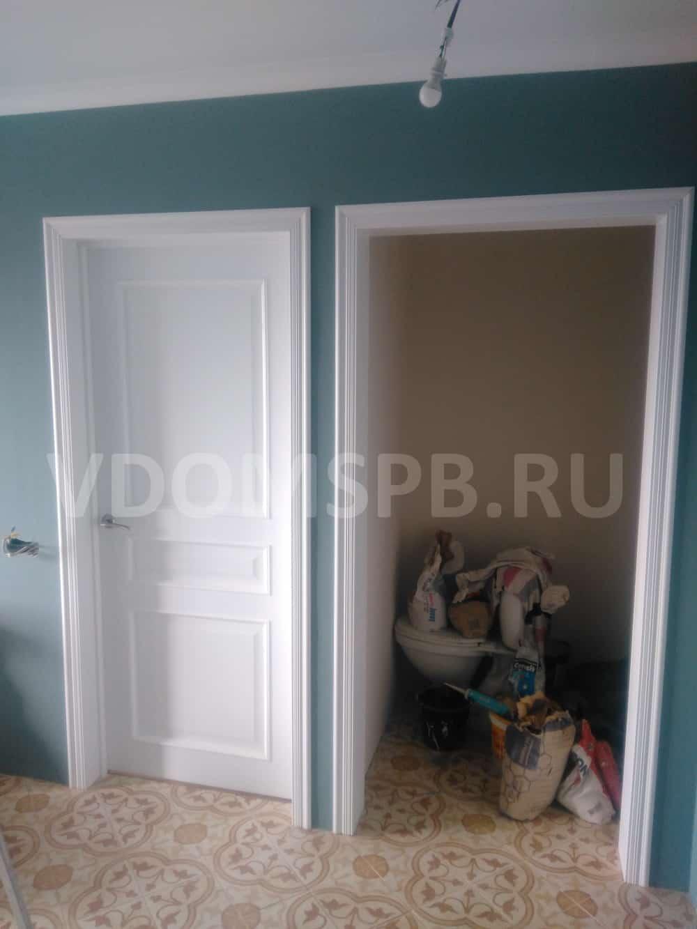 Трехфиленчатая дверь и портал с резными наличниками