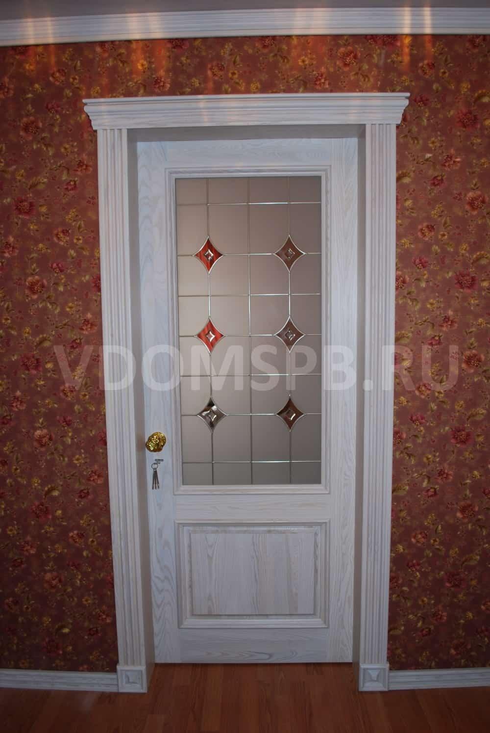 Белые двери массива дуба с витражным стеклом