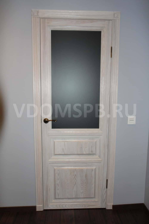 Двери из массива ясеня под полупрозрачной краской
