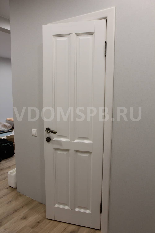 Белая дверь из сосны и бледноголубые стены