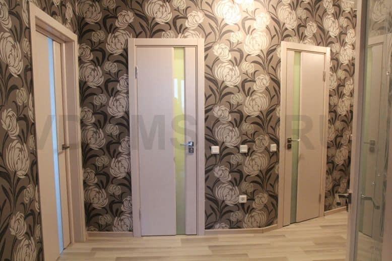 Шпонированные погонажные двери с белым матовым триплексом
