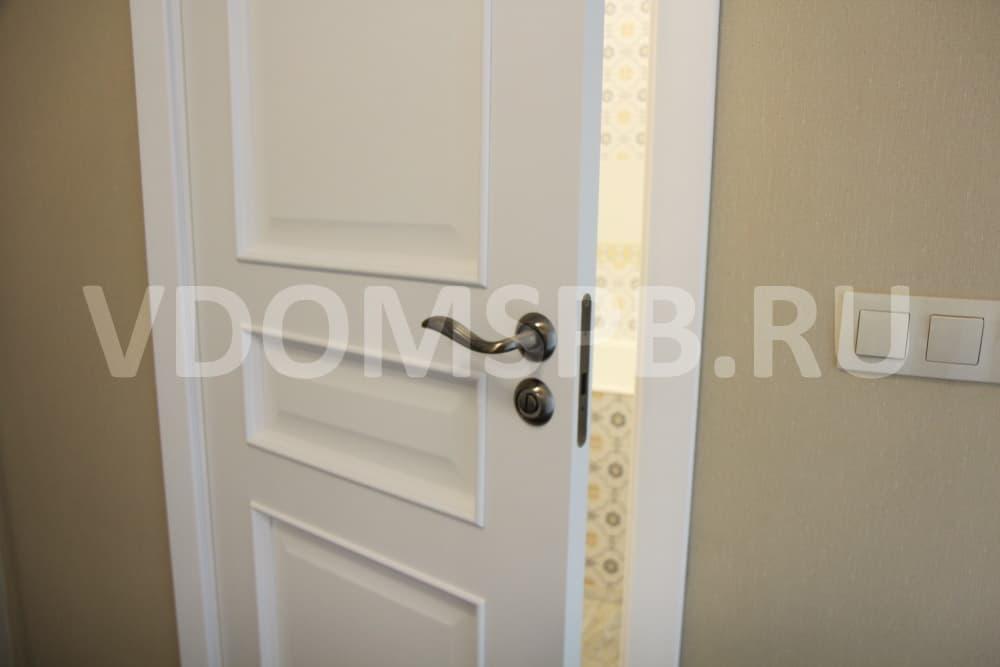 Белая трёхфилёнчатая дверь под эмалью в ванную комнату