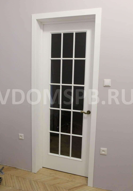 Белая дверь с английской решеткой и большим стеклом