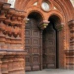 Старинные двери в церкви