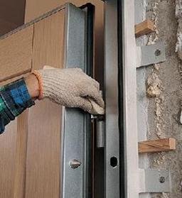 Регулировка двери с помощью надетой на петлю шайбы