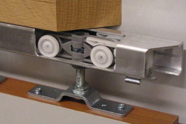 Роликовый механизм с крепежным болтом в направляющей