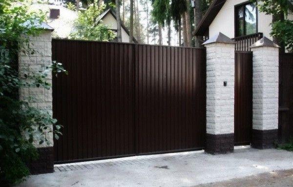 Ворота и калитка из профнастила на кирпичных опорах прекрасно сочетаются с домом