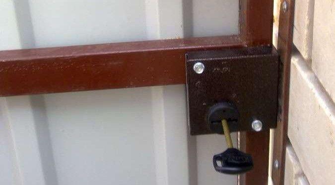 установка замка в калитку из профнастила