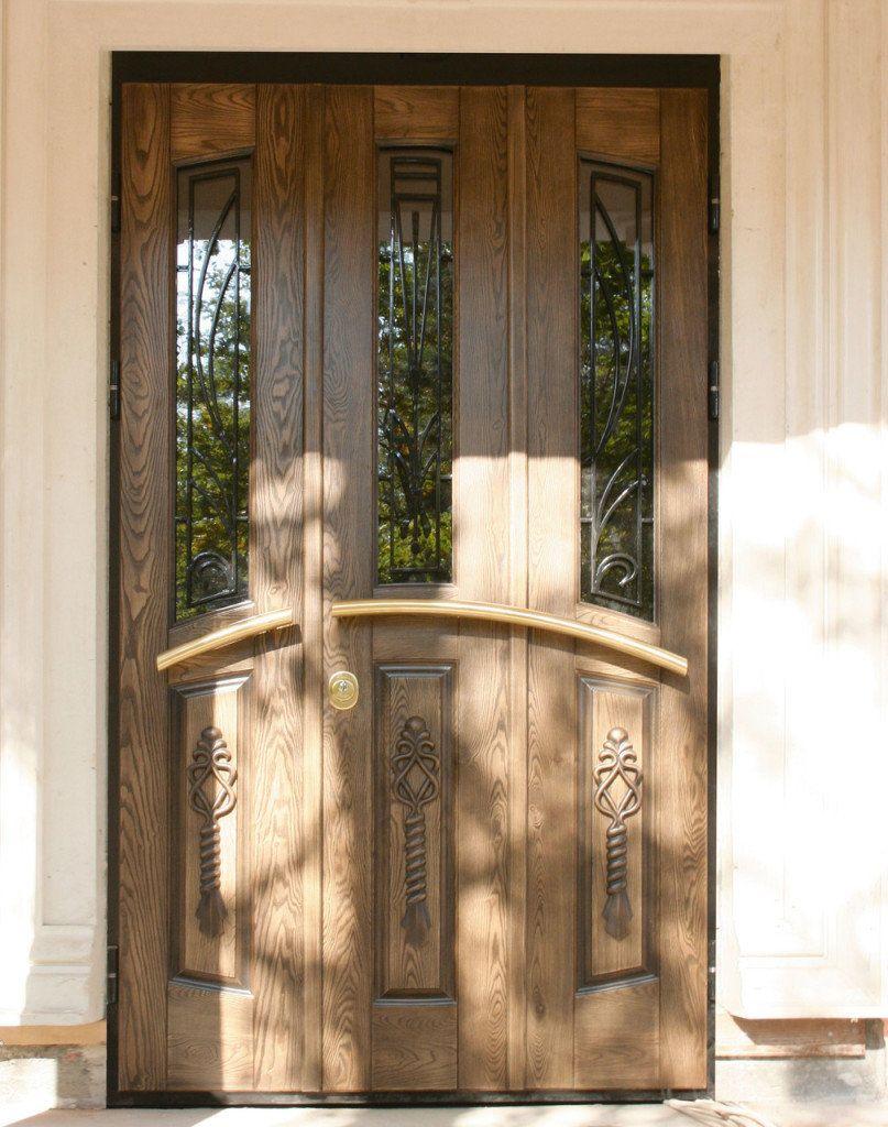 Накладка, имитирующая дерево, на остеклённой металлической двери