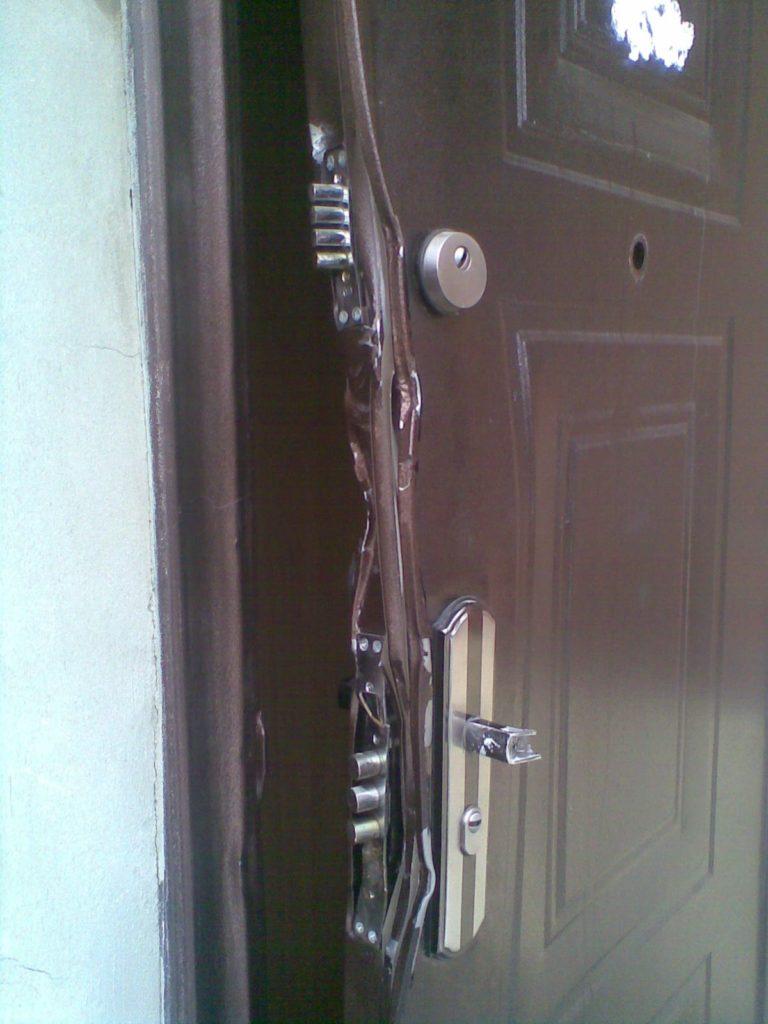 Согнуть такую дверь не составит труда, так как она не имеет ребер жесткости