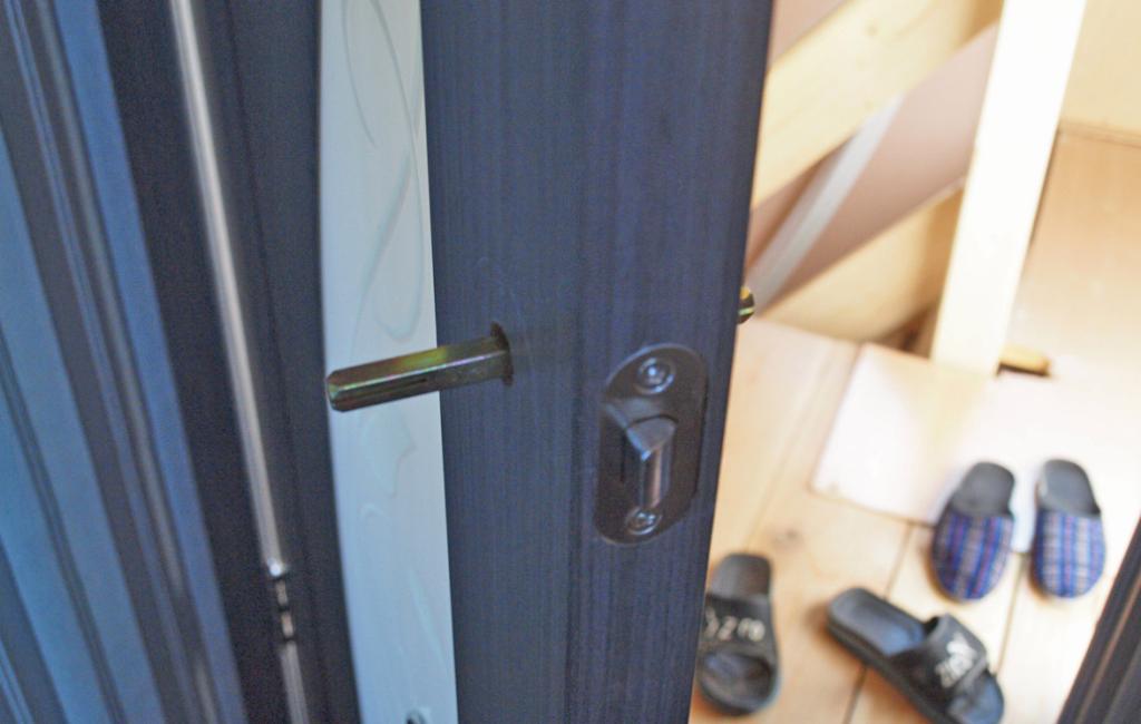 Квадратный стержень должен соответствовать толщине дверного полотна