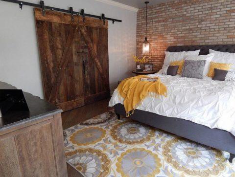 Амбарная конструкция станет главным акцентом в интерьер спальни в стиле лофт