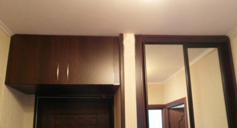 Антресоль гармонично сочетается с входной дверью и встроенным шкафом