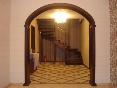 Арка в помещении с невысокими потолками