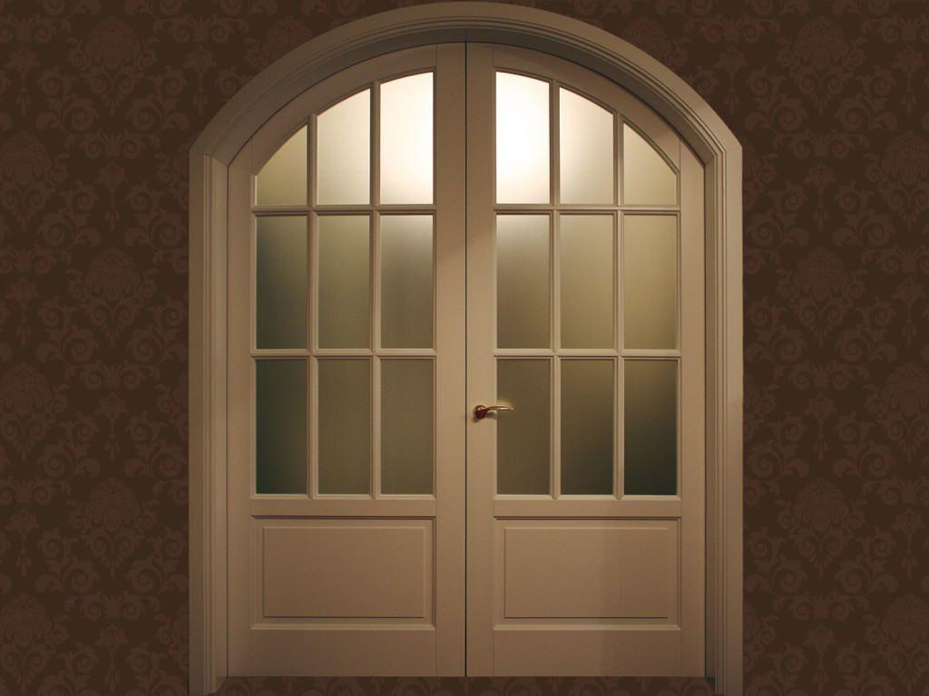 Арочная двухстворчатая дверь с филёнками и остеклением