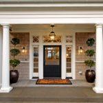 Белоснежные арки и обрамление двери контрастируют с полотном, придавая торжественности оформлению крыльца