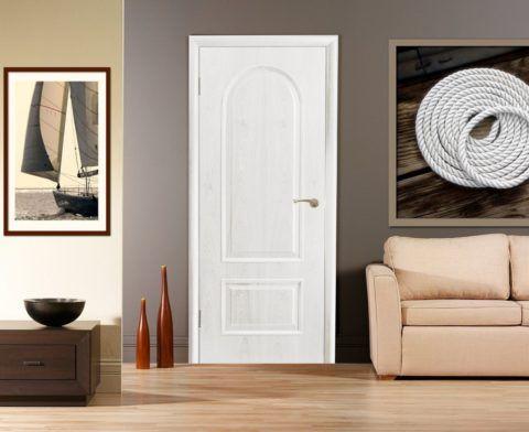 Белые двери на сером фоне и более тёмном напольном покрытии