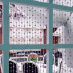 Бусины из цветного стекла невероятно украшают остеклённую дверь