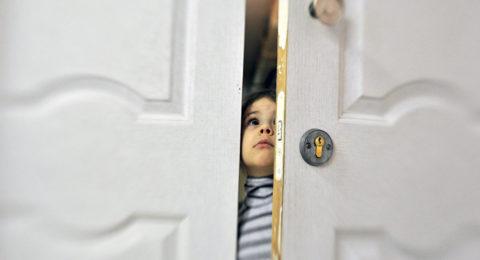 Чаще всего шариковыми фиксаторами оснащают двери в детскую комнату