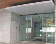 Пример автоматических дверей из стекла