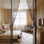 Декор стеклянной перегородки и проёма нитяной шторой