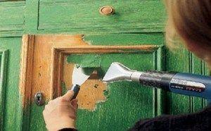 Снимаем старое покрытие двери