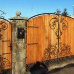 Декорирование деревянных ворот коваными элементами