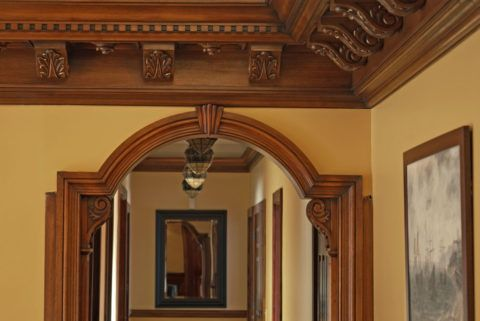 Деревянная арка с резьбой