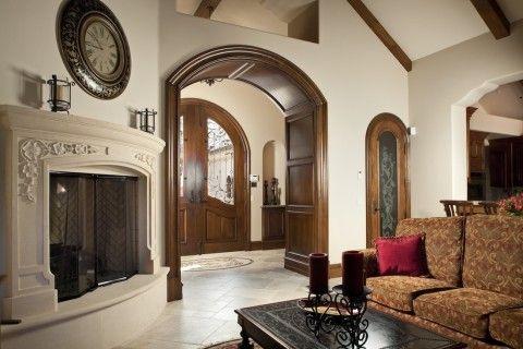 Деревянная арка в толстой несущей стене