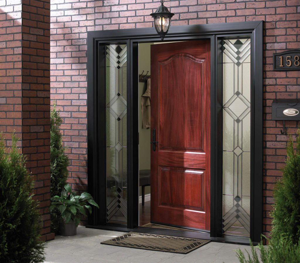 Деревянная дверь на входе – отличный вариант для частного дома