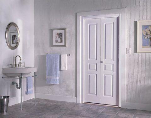 Деревянная дверь в ванну