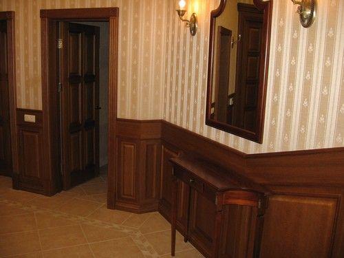 Деревянная филенчатая дверь в классическом интерьере
