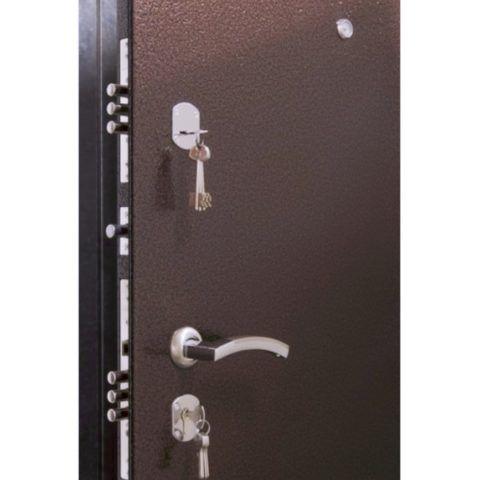 Для надежной защиты двери от взлома установите два разнотипных замка