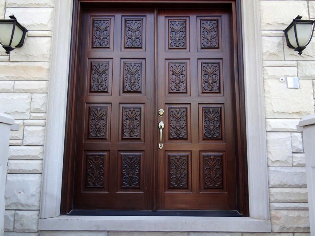 Дверь из металла с декоративной отделкой