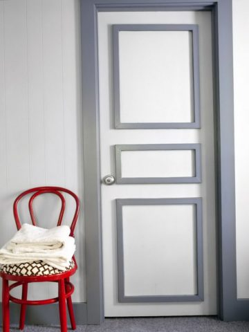 Дверь с молдингами, но без обоев