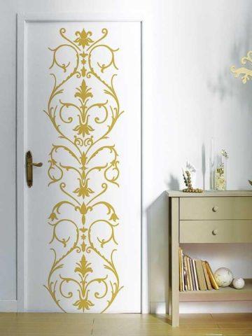Дверь с орнаментом из краски