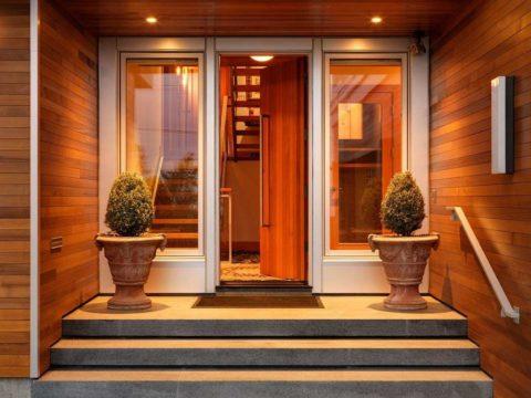 Дверь составляет с фасадом органично сочетающуюся композицию, так как выполнена в том же стиле, что и отделка стен