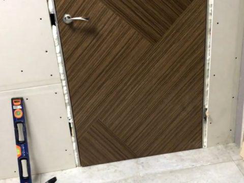 Дверь, установленная на штатное место