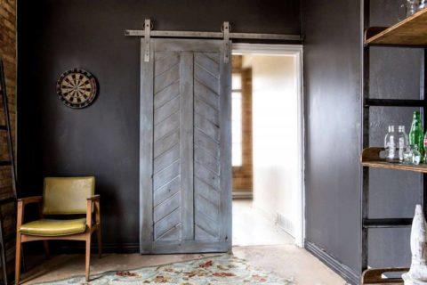 Дверь в стиле лофт – главный акцент в интерьере